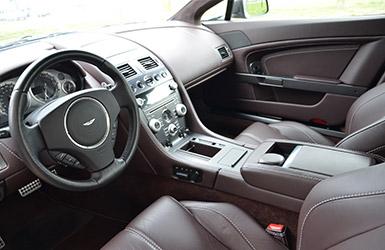 Le bel intérieur de l'Aston Martin Vantage, location voiture Aston Martin chez Starge Location
