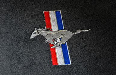 L'emblématique logo de la Ford Mustang GT, location de voiture mustang chez Starge location