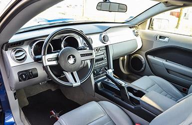 L'intérieur sportif de la Ford Mustang GT, location de voiture mustang chez Starge location